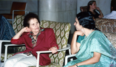 Marina Ratner having a leisurely conversation with Jyotsna Dani during the visit for the nternational Colloquium at TIFR, 1996. TIFR Archive